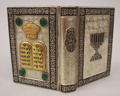Livro ( sidur ) com capa em Prata de lei, com pedra semi preciosa tonalidade verde e detalhes em alto relevo 13 cm de altura, peso total do livro 300 gramas livro impresso em 1962 Israel