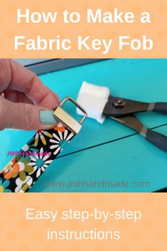 Easy to sew key fob tutorial. Never lose your keys again with this diy key fob tutorial. A great project to use up all those fabric scraps. Diy Sewing Projects, Sewing Projects For Beginners, Sewing Hacks, Sewing Crafts, Sewing Tips, Sewing Tutorials, Tape Crafts, Sewing Ideas, Key Fobs