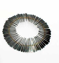 Ulrike Kampfert – broche « Ombrelle » fer et or – frise de pétales de fer oxydé sur un ovale en or.  2007