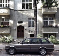 BMW 325i Touring  #berlin #friedenau #street #streetphotography #car #cars #vintage #carspotter #facade #outdoor #carspotting #classiccar #coolcars #drive #bmw #e30 #explore #bmw3 #touring #photo #architecture #iphone #ig_berlin #cool #igerberlin #igergermany #iggermany #carswithoutlimits #berliner #berlinspotting