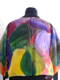 As costas da blusa / lenço pintada a mão