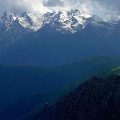 #Swanetien #Georgien #Swanetia #Géorgie #Bergsteigen #alpinism #wandern #alpinismo #mountaineering #kaukasus #Caucase #Cáucaso #svanetia Most Beautiful, Beautiful Places, Mountaineering, Bergen, Mount Everest, Nature Photography, Mountains, Landscape, Travel