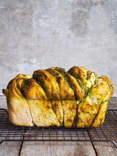 Flettebrød med pesto - Mat På Bordet Pesto, Banana Bread, Food Porn, Baking, Kos, Desserts, Recipes, Creative, Tailgate Desserts