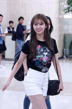 사나 TWICE Fashion Tag, Daily Fashion, Fashion Styles, Sana Minatozaki, Twice Sana, Korean Artist, Dance The Night Away, Airport Style, Korean Women