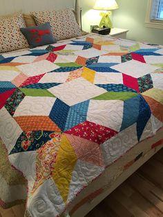 Se trata de un tejido hermoso llamado star sherbert. Hechos de telas de Moda llena de color y vibrantes. Espera media, acolchado y luego largo armado por mi quilter en un magnífico hilo turquesa. Esto sería una pieza de gran acento para cualquier habitación. aclarará el día