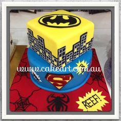 Piętrowy tort urodzinowy z logo i kolorami Supermana i Batmana