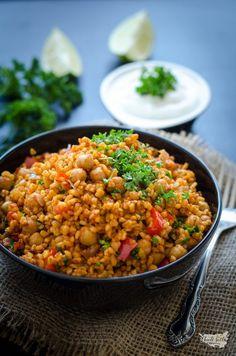 bulgur s cizrnou (pilaf)- 5 porcií, super Raw Food Recipes, Lunch Recipes, Vegetarian Recipes, Cooking Recipes, Healthy Recipes, Main Meals, Good Food, Food And Drink, Ethnic Recipes
