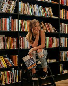 Ideia de foto - Sozinha - Biblioteca - Livro - Duda Reis - Jeans rasgado