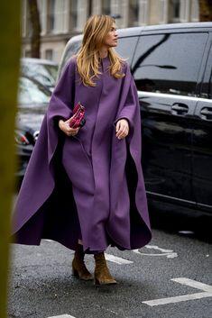 Attendees at Paris Fashion Week Fall 2020 - Street Fashion Street Style 2016, Autumn Street Style, Street Style Women, Cool Street Fashion, Paris Fashion, Autumn Fashion, Cool Coats, Stylish Coat, Moda Paris