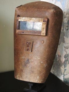 curiosité ancien masque de soudeur sur socle
