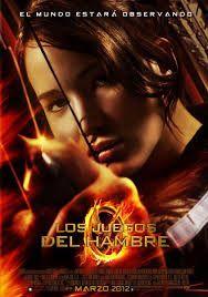 Los juegos del hambre (2012) de Gary Ross. Lo que en el pasado fueron los Estados Unidos, ahora es una nación llamada Panem. Cada distrito se ve obligado a enviar anualmente un chico y una chica entre los doce y los dieciocho años para que participen en los Hunger Games, que son transmitidos en directo por la televisión. Se trata de una lucha a muerte, en la que sólo puede haber un superviviente. Katniss Everdeen, una joven de dieciséis años, decide sustituir a su hermana en los juegos. Katniss Everdeen, Katniss Und Peeta, Hunger Games Poster, Hunger Games Song, The Hunger Games 2012, Donald Sutherland, Suzanne Collins, Elizabeth Banks, Josh Hutcherson