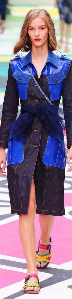 Auch der Jeansmantel von Burberry erstrahlt durch bunte Lackdetails #burberry #lack #spring2015