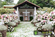 Decoração Floral em Tons Pastéis. Capela ao ar livre para cerimônias religiosas.