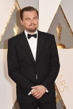 Leonardo DiCaprio posa ao lado de Kate Winslet no tapete vermelho