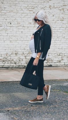 Love the leopard print sneakers #maternitystyle #stylishpregnancy #casual