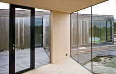 LYS: Bruk av store glassflater gir hytta lys og utsikt.