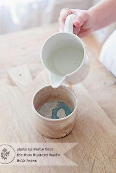 Mengen van de caseïneverf met water