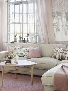 Öppna fönstret och låt försommarens vindar komma in! Med säsongens främsta färg, rosa, skapar du ett modernt och ombonat hem på en och samma gång.