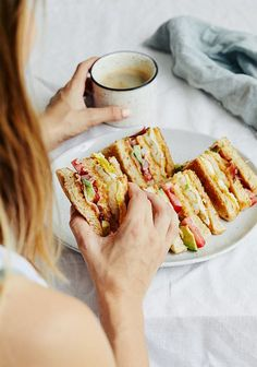 Club sandwich déjeuner It's been a few times that I see a sandwich club lunch at the restaurant, and it made me want to try one at home. Healthy Sandwiches, Wrap Sandwiches, Sandwich Recipes, Breakfast Sandwiches, Gourmet Recipes, Cooking Recipes, Sushi, Onigirazu, Ricardo Recipe