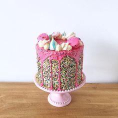 • Sprinkle Drip Cake •   Pedidos y consultas  contacto@kekukis.com.ar #sprinkle #drip #cake #kekukis #pastry