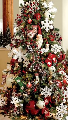Cristhmas Tree Decorations Ideas : Merry Winter Christmas Tree Decorating Theme with Santa Snowmen Snowflakes and Winter Symbols Knitted Christmas Decorations, Christmas Tree Themes, Noel Christmas, Rustic Christmas, Winter Christmas, Vintage Christmas, Christmas Wreaths, Christmas Lights, Christmas Island