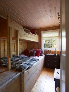 SELVBYGGET: Bent ble inspirert på hytteutstillingen til Drammenshytta, og har laget senger av hobbyplater fra Biltema og restematerialer. I enden av sengen var det et tomrom som han har kledd inn, og som nå fungerer som ekstra oppbevaringsplass. Cabin Interiors, Bunk Beds, Cottage, Room, Furniture, Home Decor, Ideas, Bedroom, Decoration Home