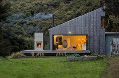 La casa de dos pisos, hecha por el arquitecto para su propia familia, busca establecer una estrecha relación con su entorno rural