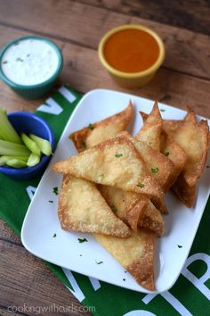Buffalo Chicken Rangoons | cookingwithcurls.com | #gamedayfood Easy Appetizer Recipes, Yummy Appetizers, Appetizers For Party, Party Recipes, Buffalo Recipe, Party Food And Drinks, Football Food, Game Day Food, Cooking Recipes