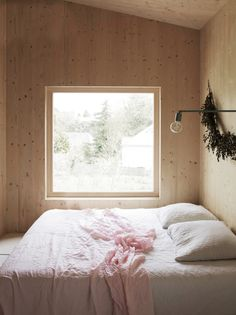 Bedroom with plywood walls in the house of Fashion Designer Plywood House, Plywood Walls, Plywood Interior, Interior Architecture, Interior Design, Minimal Home, Wood Interiors, Wooden House, Home Decor Bedroom