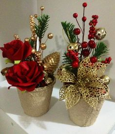 Elegant In Gold~ Christmas arrangements Christmas Flower Arrangements, Gold Christmas Decorations, Christmas Flowers, Rustic Christmas, Christmas Tree Ornaments, Christmas Holidays, Christmas Wreaths, Floral Arrangements, Christmas Candles