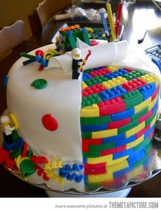 here is a perfect cake for some lego lovers! Im sure that there is a lot of boys that love lego. so here is a perfect cake! The lego looks so real and that cake is amazing it self Fancy Cakes, Cute Cakes, Pretty Cakes, Yummy Cakes, Beautiful Cakes, Amazing Cakes, Cake Cookies, Cupcake Cakes, Lego Cupcakes