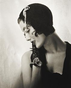 Mary Jane Russell in Christian Dior Swan hat - 1949 - Paris - Photo by Louise Dahl-Wolfe - Mlle Jane Russell, Lauren Bacall, Diana Vreeland, Christian Dior, Richard Avedon, Exposition Photo, Vintage Mode, Vintage Hats, Vintage Style