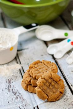 The absolute BEST Peanut Butter Cookies!  I know it's a hefty claim, but everyone that has tried these agrees. They are soft, but not cakey. Crumbly but chewy. Sweet with just the right amount of saltiness.| heatherlikesfood.com  #oxogoodcookies