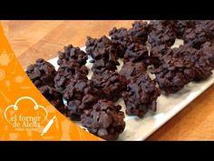 """Bombones de Rice Krispies. El Forner de Alella prepara unos deliciosos Bombones de Rice Krispies de Chocolate. Los podéis hacer en casa junto con vuestros peques ya que es una receta super fácil que se prepara rápidamente. Si os gusta nuestro vídeo de Bombones de Rice Krispies no olvidéis clicar """"me gusta"""" y compartirlo, nos ayudaréis y si queréis imprimir la receta, visitar nuestro blog www.elfornerdealella.com"""