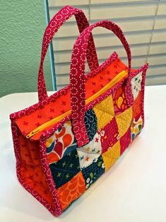 This Charming Tote Can be Used as a Purse – Quilting Digest - Nähen Ideen Quilted Tote Bags, Patchwork Bags, Patchwork Designs, Chat Crochet, Bag Patterns To Sew, Quilted Purse Patterns, Bag Pattern Free, Handbag Patterns, Fabric Bags