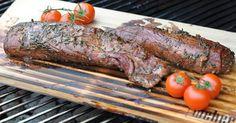 Rosmarin-Balsamico-Schweinefilet von der Zedernholzplanke ist eines meiner Lieblingsrezepte vom Grill. Das Schweinefilet nimmt ein leichtes Zedernholz-Raucharoma an und bekommt durch die Rosmarin-B…