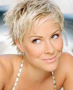 Charmante Kurzhaarfrisuren für Frauen mit blonden Haaren: