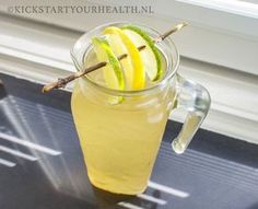 Zelf ijsthee maken (gezonde, suikervrije groene ijsthee) Refreshing Drinks, Summer Drinks, Cold Drinks, Fun Drinks, Healthy Drinks, Healthy Snacks, Healthy Recipes, Making Iced Tea, Fruit Water