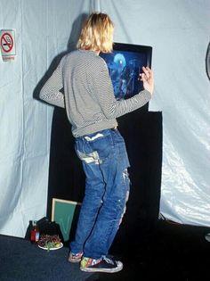 "Kurt Cobain playing air guitar backstage while Lenny Kravitz performed ""Are You Gonna Go My Way"" at the 1993 MTV Music Awards. Nirvana Kurt Cobain, Kurt Cobain Style, Lenny Kravitz, Kurk Cobain, Banda Nirvana, Nirvana Songs, Frances Bean Cobain, Donald Cobain, Rock Poster"