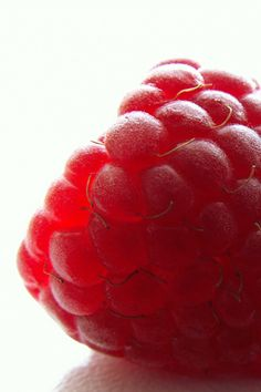 red raspberry health benefits: anti-angiogenic; slow tumor growth; detoxify cells Aura Colors, Colours, Red Raspberry, Raspberry Ketones, Beautiful Fruits, Best Food Ever, Red Fruit, Weight Loss Meal Plan, Raspberries