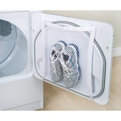 Mesh laundry bags are invaluable laundry gadgets that you may or may not have ever used. Use these laundry bag tips in all your cleaning & organization. Diy Cleaning Products, Cleaning Solutions, Home Cleaning Tips, Trick 17, Fee Du Logis, Genius Ideas, Amazing Ideas, Clever Tips, Good Ideas