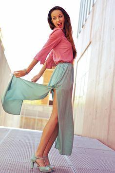 La blogger Corazondemaniqui con un look de falda larga y sandalias con tacón de Gadea