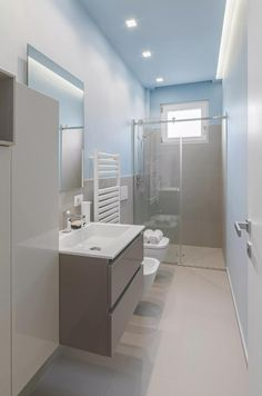 28 Trendy home small room cabinets Narrow Bathroom, Modern Bathroom, Bad Inspiration, Bathroom Inspiration, Small Toilet, Steam Showers Bathroom, Trendy Home, Bathroom Colors, Bathroom Flooring