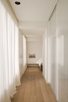 corredor, armario, cortinas, chao Love the soft light inside this corridor by Belgian interior designers iXtra.