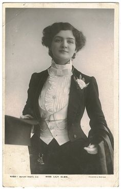 This female is what I'm assuming to be in the early to mid century is showing a key example of the flamboyant dandy. The ruffled collar with the tail coat is an original dandy style and is very stylish Style Édouardien, Dandy Style, Edwardian Era, Edwardian Fashion, Vintage Fashion, Lilie Elsie, Mode Vintage, Vintage Ladies, La Fille Gibson