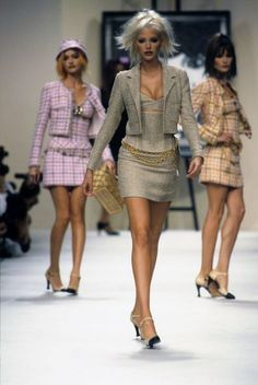 The complete chanel spring 1994 ready-to-wear fashion show now on vogue run Fashion Kids, Fashion 2020, New Fashion, Runway Fashion, Fashion Models, Vintage Fashion, 1990s Fashion Trends, 90s Models, Retro Fashion
