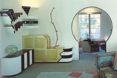 image from FREESTYLE: New Architecture and Interior Design from Los Angeles, 1986 via an ambitious project collapsing 80s Interior Design, 1980s Interior, Interior Decorating, 80s Furniture, Le Living, Vintage Interiors, Modern House Design, Outdoor Living, Indoor Outdoor
