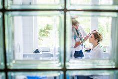 Bruid in make-up, bruiloft Nijmegen #bruidsfotografie #bruidsfotograaf Dario Endara