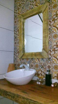 Espelho com moldura rústica feita com madeira de palete.