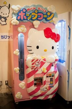 Hello Kitty Popcorn Machine If my little girl could get this she would. 2 things she loves hello kitty and popcorn Sanrio Hello Kitty, Hello Kitty Haus, Hello Kitty Items, Hello Kitty Things, Yamaguchi, Hello Kiti, Miss Kitty, Hello Kitty Collection, Sanrio Characters